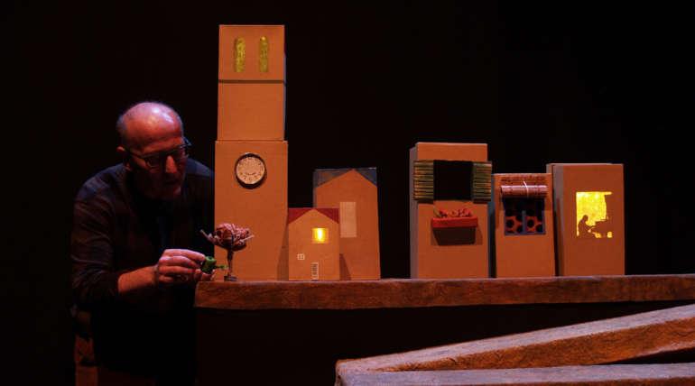 Una obra hermosa donde la versatilidad de las cajas y la destreza de las manos de su manipulador Tian Gombau nos deslumbran.